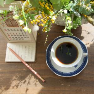 월간 소묘 신청 배너 - 달력, 노트, 연필, 커피 사진